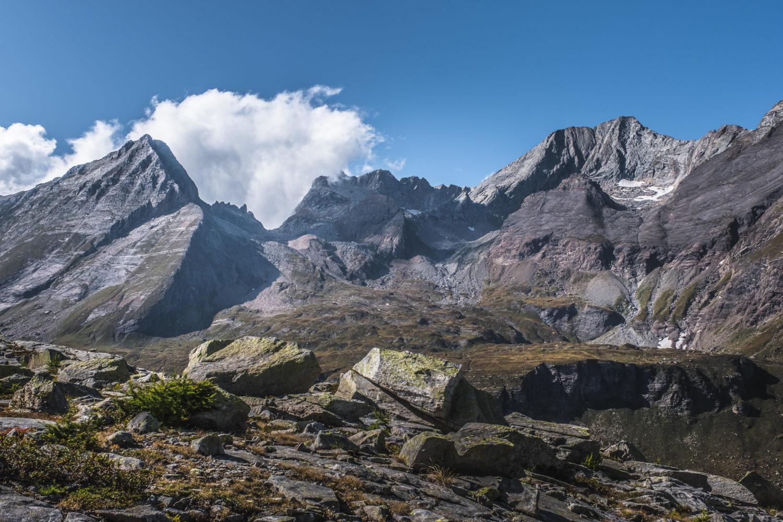 Karge Berghänge und Steinblöcke