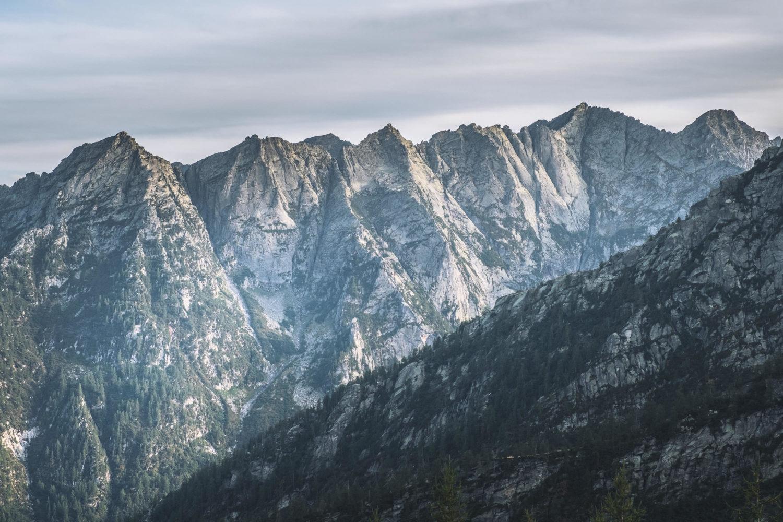 Bergkette mit weißem Gestein und vereinzeltem Baumbewuchs