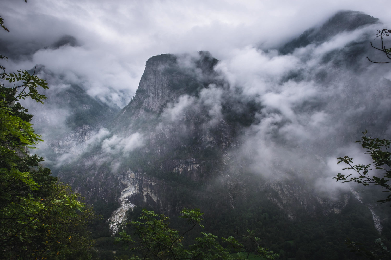 Wolkenverhangene Bergkuppe