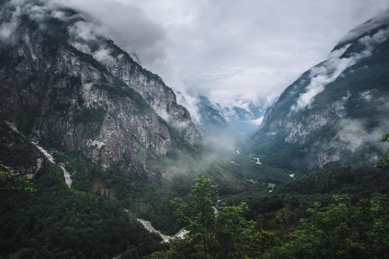 Blick ins Val Bavona mit Bäumen und Berghängen