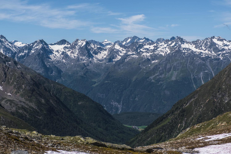 Bergkette mit vereinzeltem Schnee