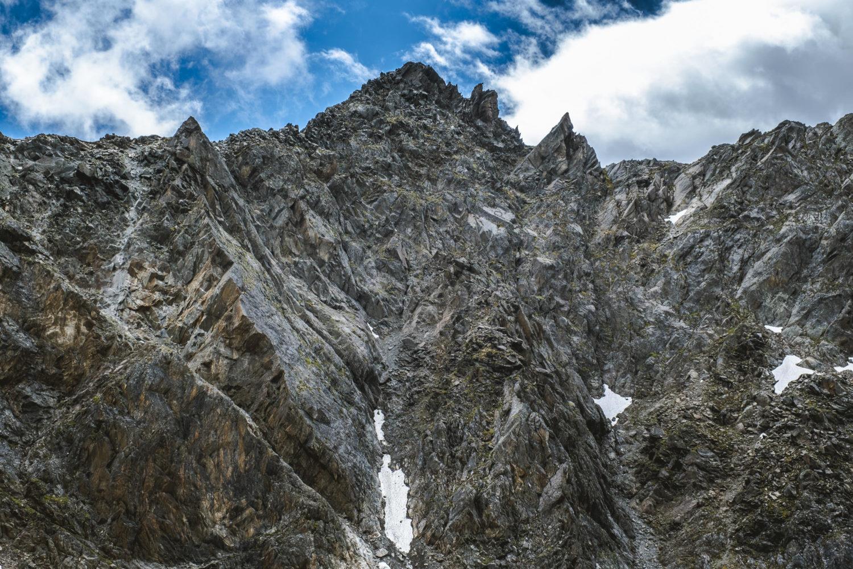 Schroffes Gestein an einer Felswand